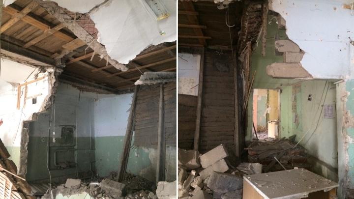 Эвакуировали 19 человек: строители снесли стену в жилом доме, а обвалился потолок