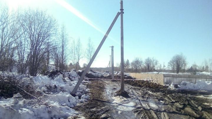 В Прикамье посреди дороги установили электростолбы, перегородив проезд многодетным семьям