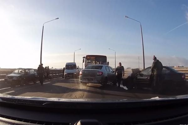 ДТП парализовало движение на мосту