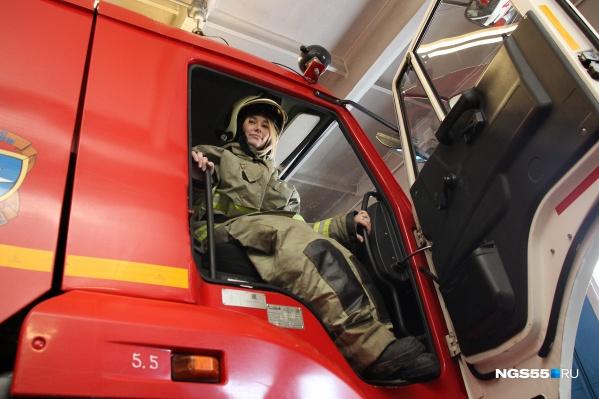 В КАМАЗе очень просторно. Спасатели объяснили, что хранят пожарное оборудование не только в специальных отсеках, но и в салоне автомобиля