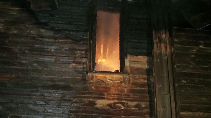 """""""Мужчина, спасаясь, выпрыгнул из окна"""": на Химмаше загорелся барак, в котором осталась жить одна семья"""