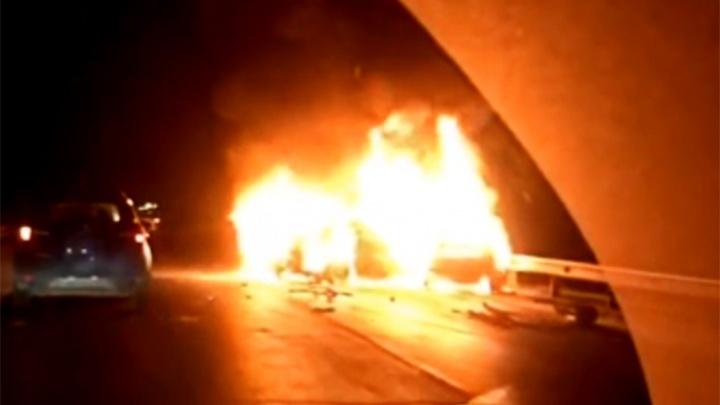 Один человек погиб на месте: в Ярославской области после удара вспыхнули две машины