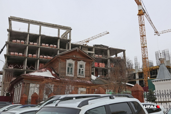 За объектом культурного наследия возводится новый жилой комплекс