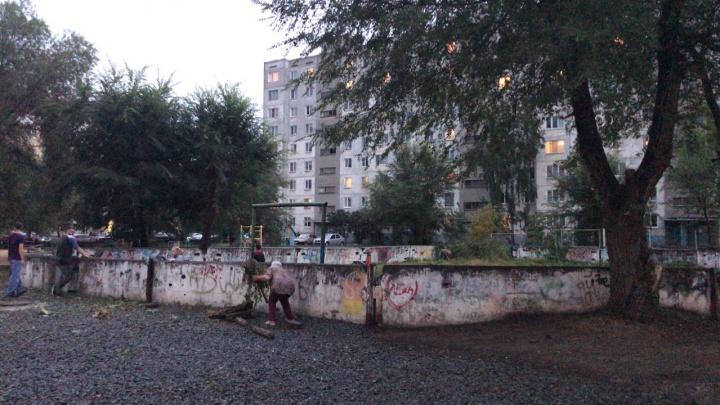 Курганцы, которые сами восстанавливают корт во дворе, получили от властей подарок