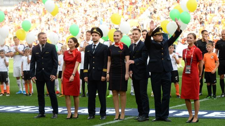 Стадион приветствовал стоя: экипаж, посадивший самолет на кукурузное поле, пришел на матч «Урала»