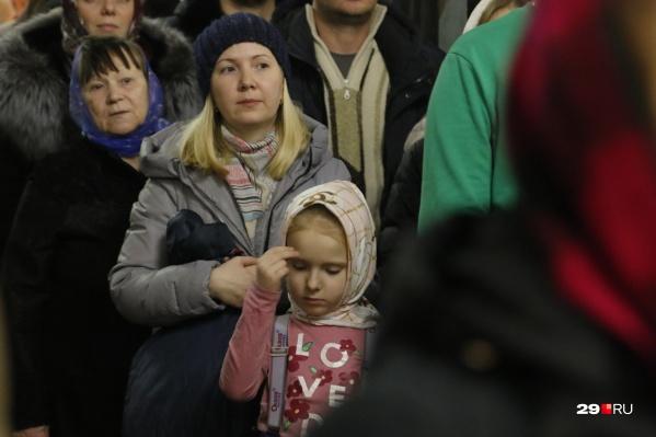 За ночным богослужением молились сотни людей