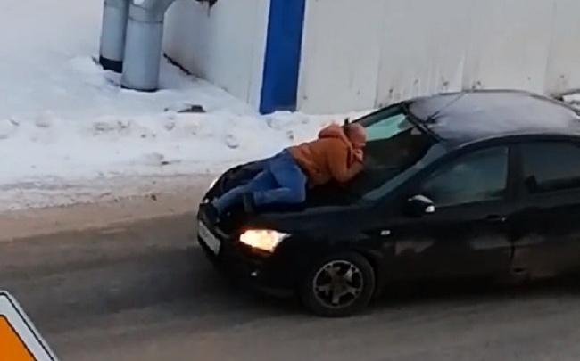 В Тюмени задержали мужчину, который запрыгивал на машины и кричал, что его мама работает в думе