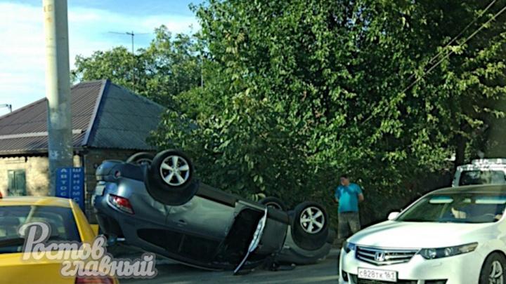 В Ростове внедорожник вылетел с дороги и перевернулся на крышу после столкновения с такси