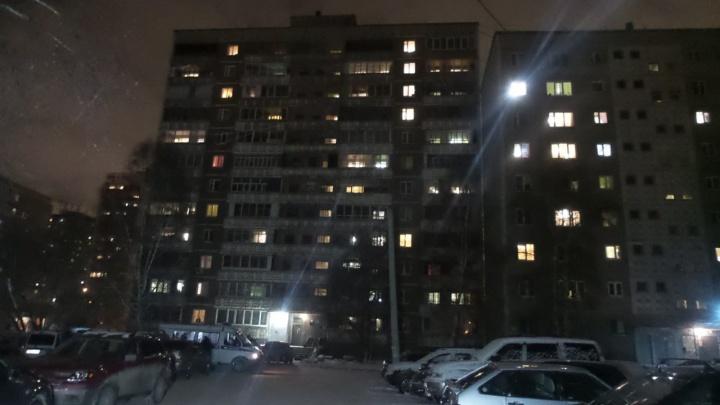На Сиреневом бульваре из окна 12-этажного дома упал пенсионер