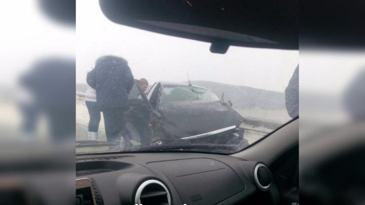 «Приору» на трассе под Канском ударило об ограждения и вынесло под КАМАЗ
