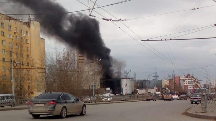Напротив рынка «Омега» загорелась заброшенная цистерна