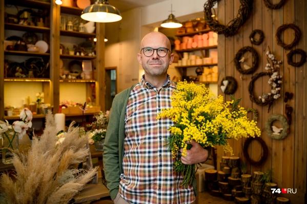 Игорь Линник родился в Аше, учился в Челябинской медицинской академии, много лет работал в сфере косметики и парфюмерии, а теперь его называют лучшим цветочником города