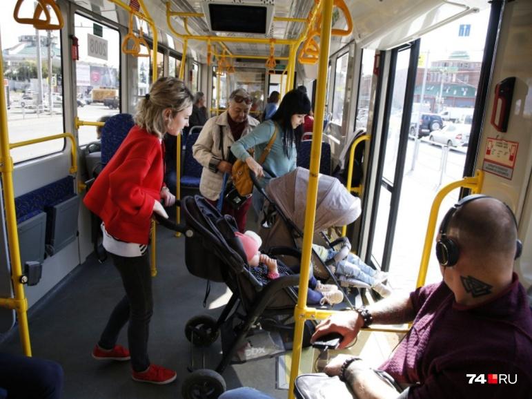 По словам кондуктора, новым вагоном особенно довольны мамы с колясками — из-за низкого пола