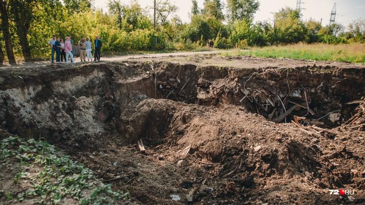 Фрагменты опасных фенольных домов, снесенных на Бабарынке, спрятали в землю