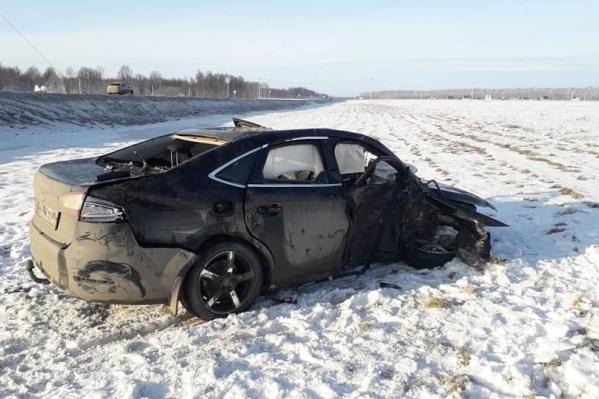После столкновения машины вылетели с проезжей части