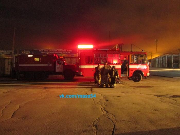 Пожарные тушили горящий склад всю ночь