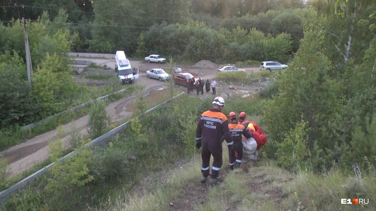 Полиция и родные ожидали спасателей внизу
