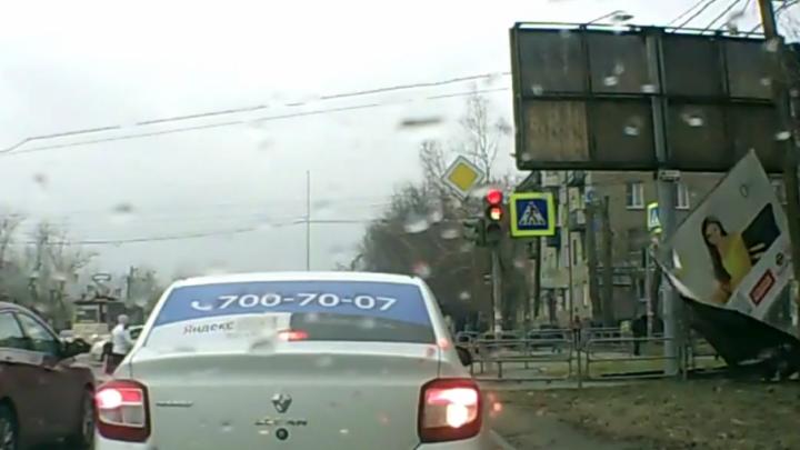 В Челябинске часть рекламного щита упала на женщину с ребёнком