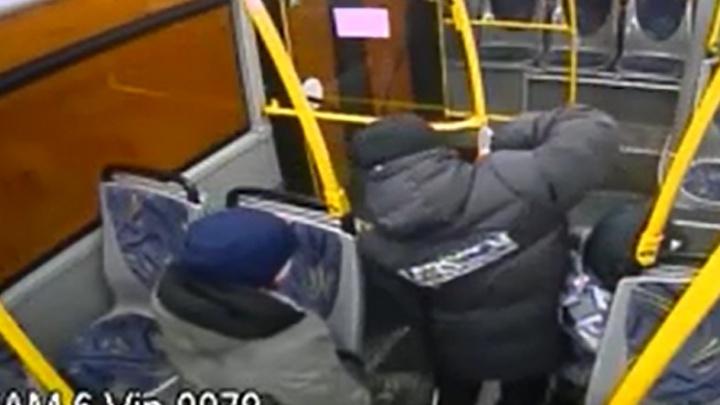 В Екатеринбурге хулиганы стащили из автобуса огнетушитель, вместо того чтобы оплатить проезд