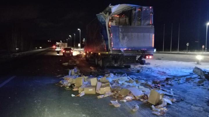 Дорогу под Екатеринбургом перекрывали из-за грузовика с колбасой, попавшего в ДТП
