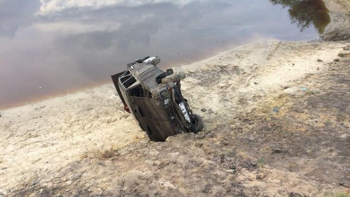 Под Тюменью 14-летний школьник угнал у родителей «Жигули» и во время покатушек опрокинулсяв реку