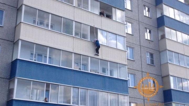 Женщина повисла на балконе 4-го этажа новостройки и в таком состоянии ждала приезда спасателей