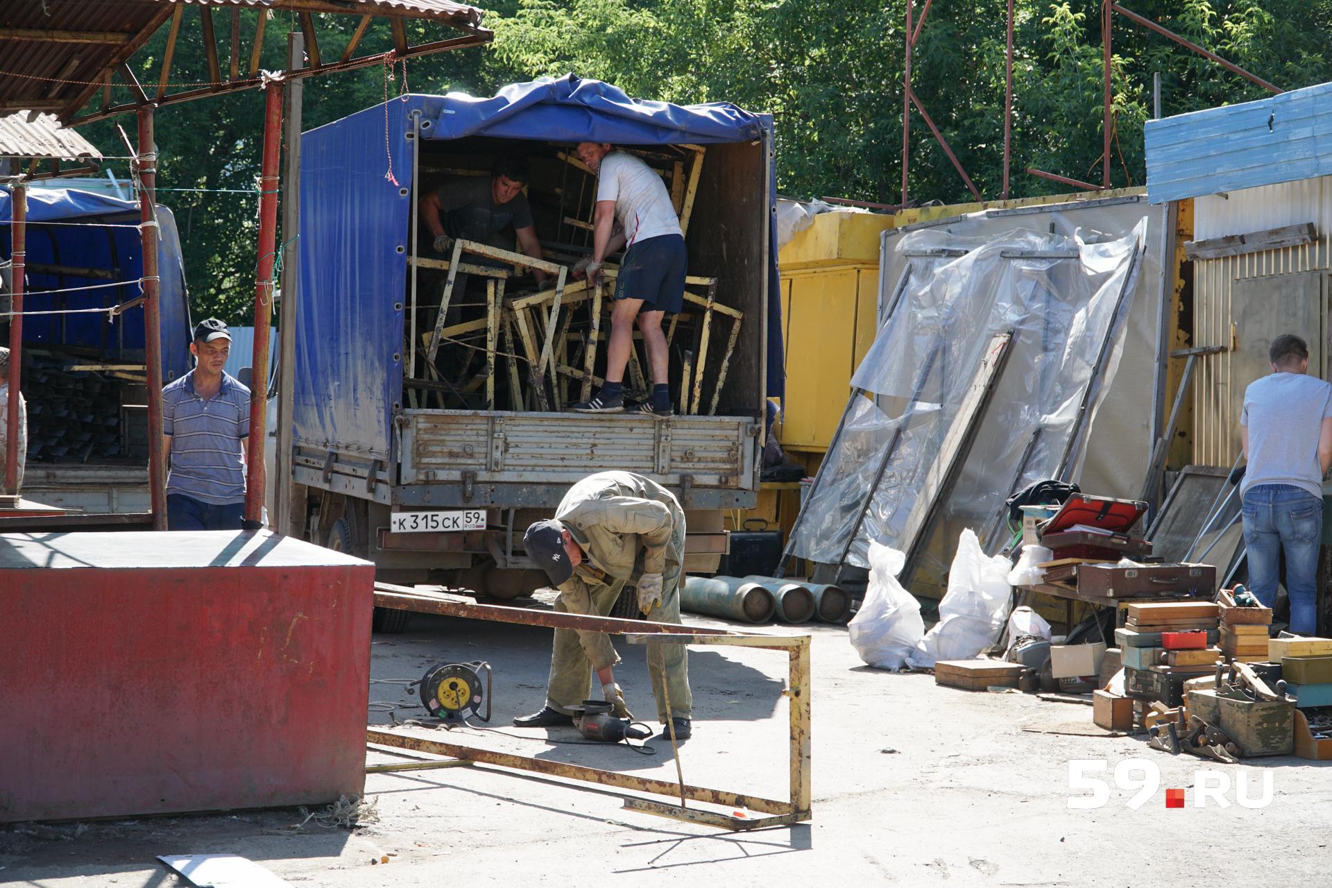 Владельцев торговых палаток здесь попросили собрать товары и покинуть территорию до 1 августа