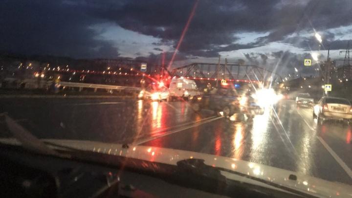 «Семерка» на мокрой дороге сбила женщину на переходе