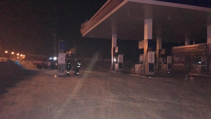 В Калининском районе загорелась пристройка к АЗС