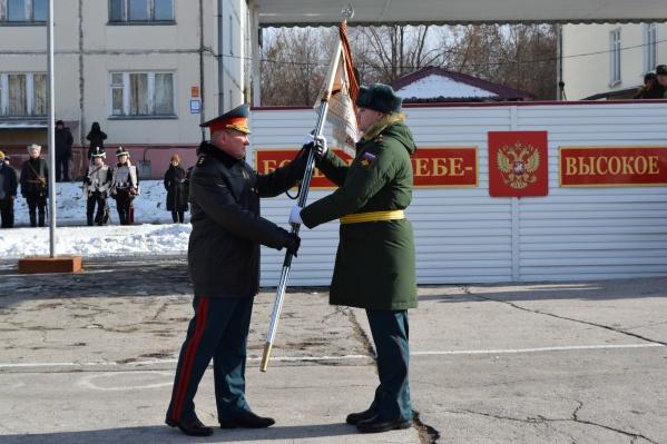 Военным передали копию штандарта гусарского полка