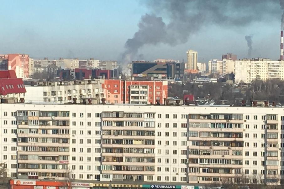 Дым от пожара поднялся высоко над домами
