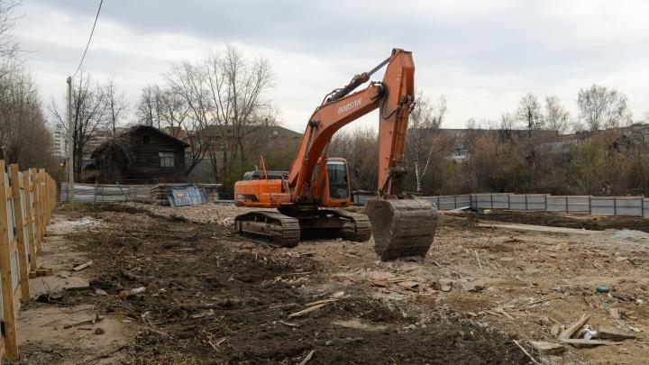 В Пионерском снесли два деревянных дома, на месте которых построят жилой комплекс