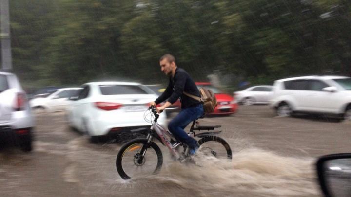 В Уфе затопило одну из оживленных дорог
