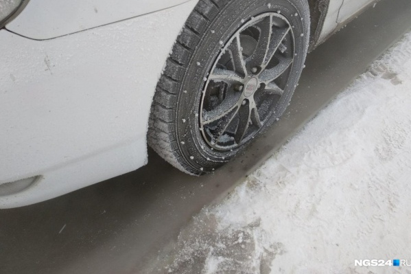 Водитель выехал на лед в начале весны и провалился