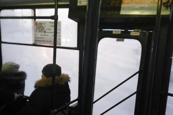 Из-за широких щелей в дверях тепло не задерживается в трамвае