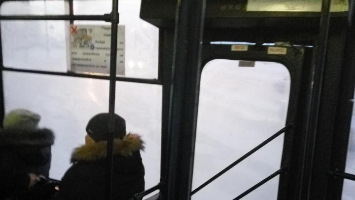 В салоне пар изо рта: новосибирцы пожаловались на холод в трамваях и троллейбусах