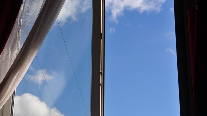 На женщину с коляской упал кусок стекла из окна: УК не может найти владельцев квартиры
