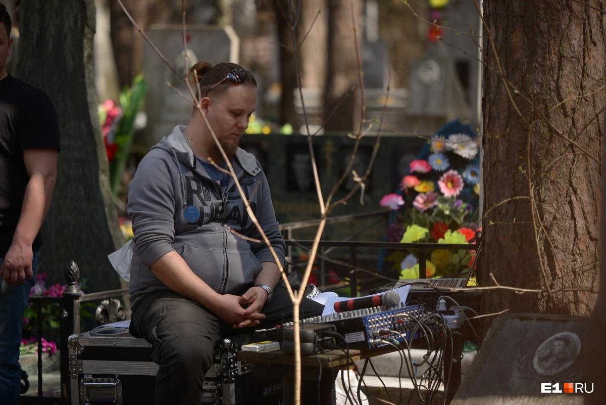 Пикник на кладбище: как екатеринбуржцы поминали своих родных