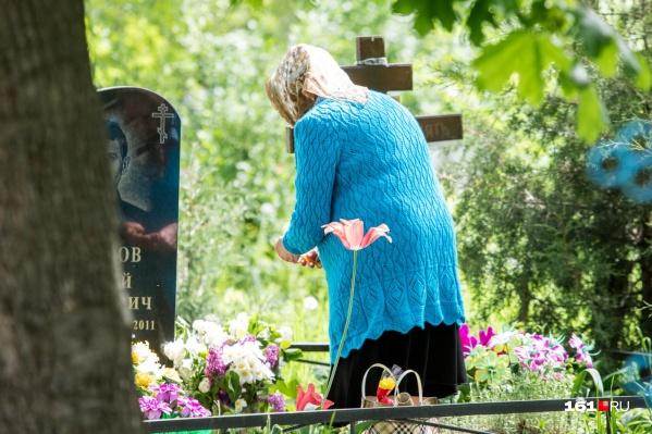 На ростовских кладбищах есть масса нарушений, связанных с благоустройством захоронений