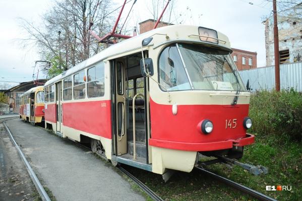 Трамвай простоял на линии 14 минут, а потом уехал в депо