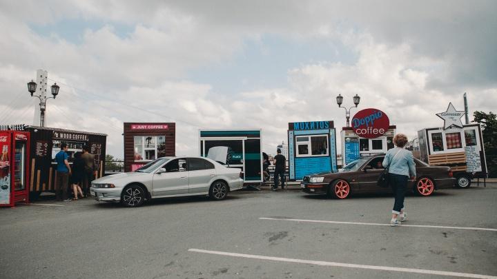 Их убирали, но они вернулись: почему с парковки на тюменской набережной не исчезают ларьки