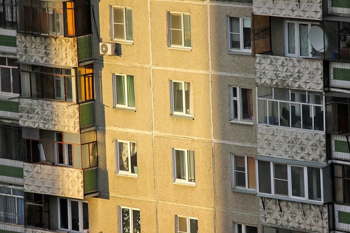 Девочка выпала из окна пятого этажа