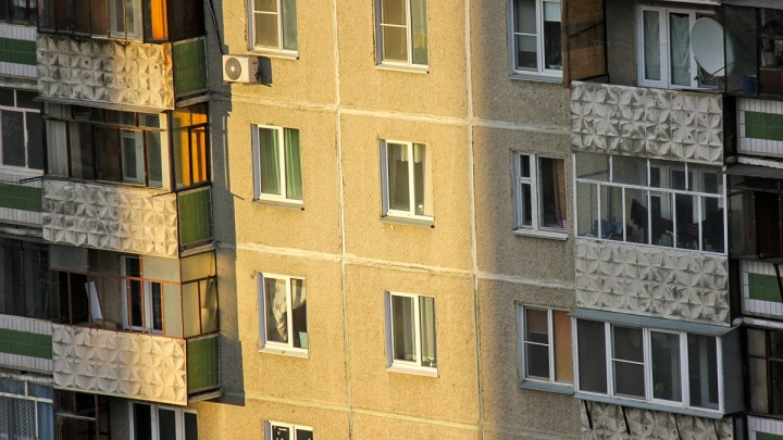 Играла на подоконнике: маленькая девочка выпала из окна пятого этажа в Челябинской области