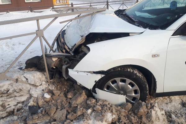 В результате аварии машина получила значительные повреждения