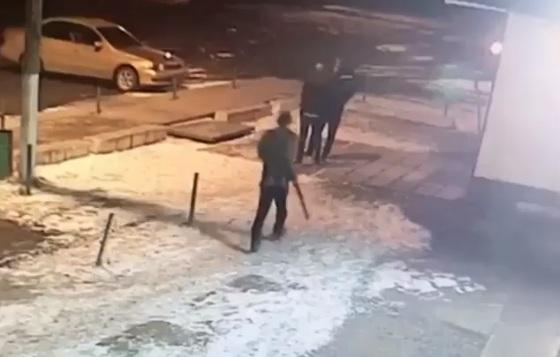 Мужчина с заряженным ружьем пытался пройти в кафе, но был ловко остановлен охранником