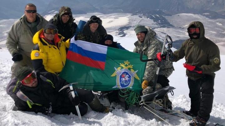 Поставили флаг на вершину. Сотрудники Следственного комитета покорили Эльбрус