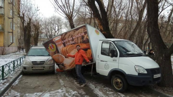 В Челябинске у фургона с хлебом «снесло крышу»