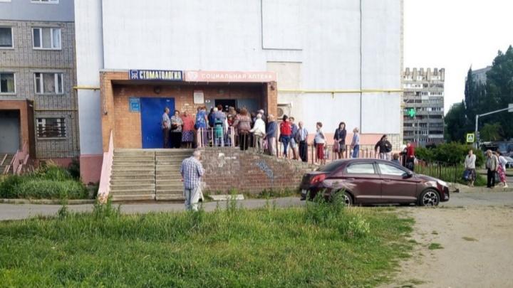 Ждут даже на улице: ярославские льготники выстроились в гигантскую очередь за лекарствами