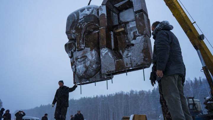 """Подняли шесть тонн краном: на Московском тракте установили """"Маски скорби"""" Эрнста Неизвестного"""