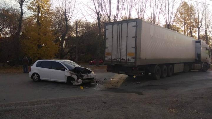 Водитель «Хонды» сбежал после того, как в его машину врезалась фура